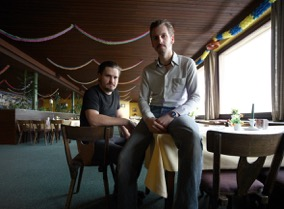 Picture of the two REFLECTOR musicians David Reumüller and Andreas Heller (fltr) sitting in an old fashioned bar